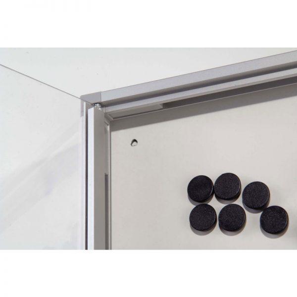 Πίνακας ανακοινώσεων από profile αλουμινίου. Η επιφάνεια επικόλλησης των εντύπων είναι μαγνητική. Κλειδώνει και μπορεί να τοποθετηθεί οριζόντιος ή κάθετος.